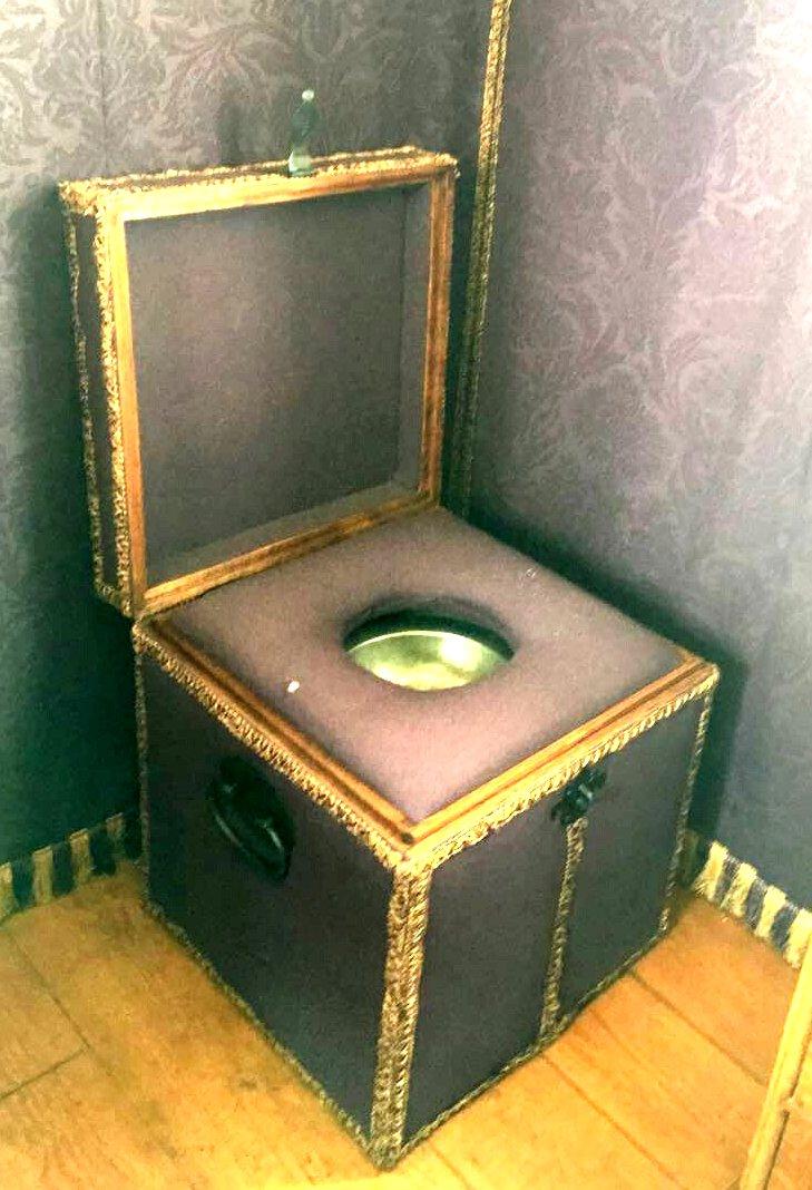 אסלת שירותים בנוסח המאה ה- 18