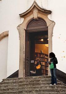 חנויות ספרים - אפילו בכנסיה באובידוש