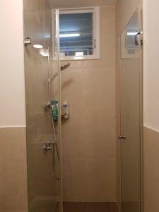 חדר המקלחת הצרה מאוד