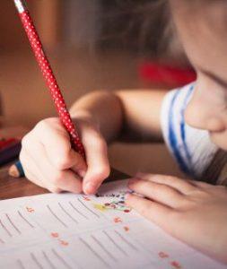 ילד כותב ביד