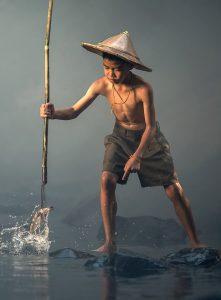 ילד דג בנהר את ארוחתו הבאה