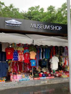 """""""חנות המוזיאון"""" של המאוזוליאום בהאנוי, ווייטנאם"""