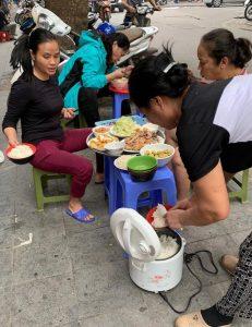 ארוחת צהריים על המדרכה - דברים שרואים רק בווייטנאם