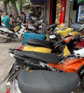 חניית האופנועים על המדרכות - דברים שרואים רק בווייטנאם