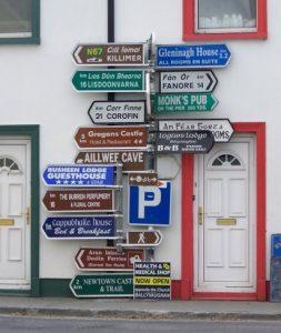 צומת לדרכים רבות על עמוד רחוב