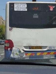 אוטובוס שהטמבון שלו מודבק
